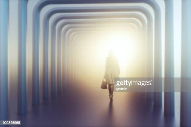 jovem mulher a uma caminhada de distância - surreal - fotografias e filmes do acervo