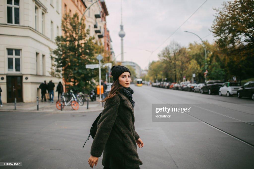 ベルリン・ミッテを歩く若い女性 : ストックフォト