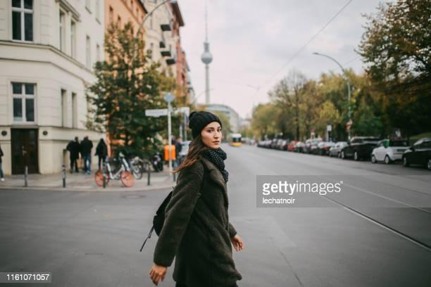 ベルリン・ミッテを歩く若い女性 - プレンツラウアーベルグ ストックフォトと画像