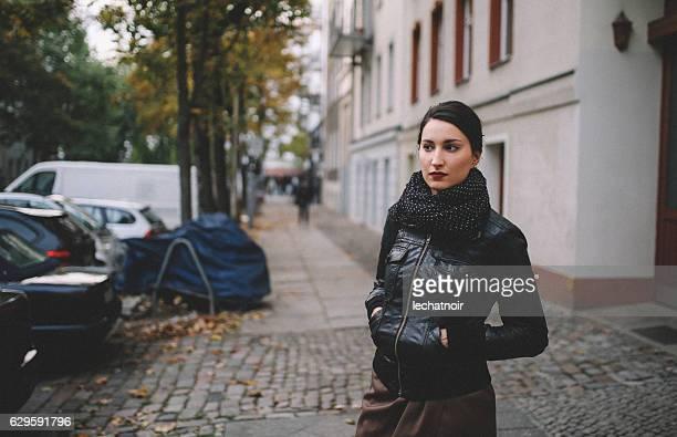 ベルリン・プレンツラウアー・ベルクを歩く若い女性 - ミッテ - プレンツラウアーベルグ ストックフォトと画像