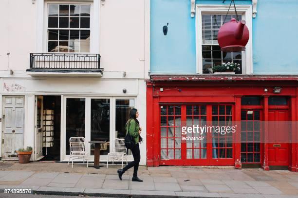 ロンドン中心部のノッティング ・ ヒルで歩く若い女性 - ウェストエンド ストックフォトと画像