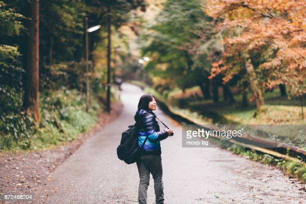 山の中を歩く若い女性