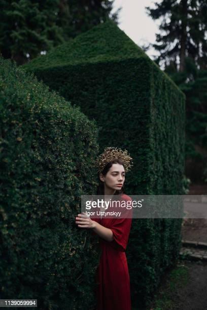 young woman walking in public park - junge frau rätsel stock-fotos und bilder