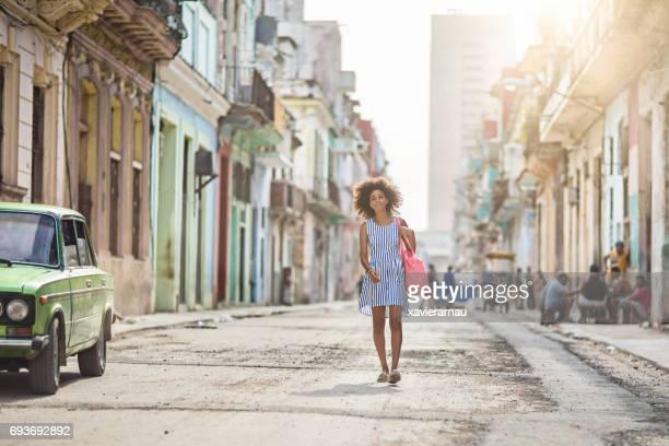 Mujer joven caminando en la calle en la ciudad de