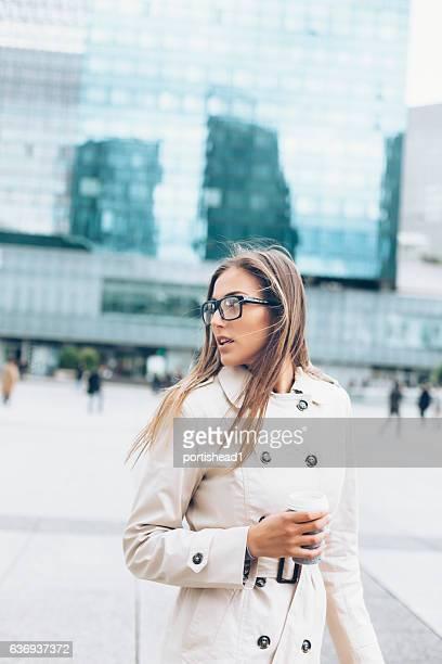 Jeune femme marchant sur la rue