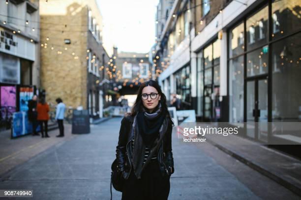 jonge vrouw lopen op de straten van londen - city of london stockfoto's en -beelden