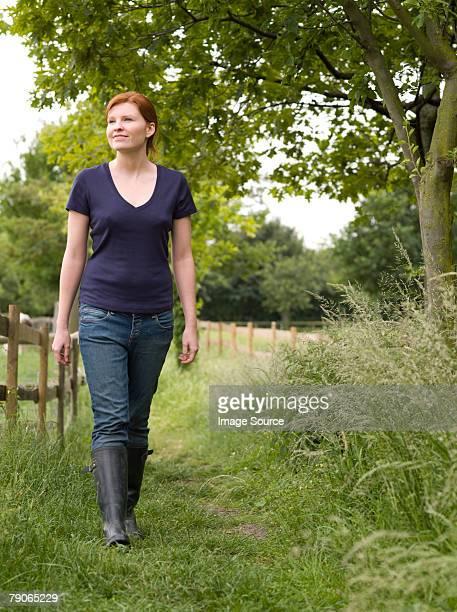 Une jeune femme marchant