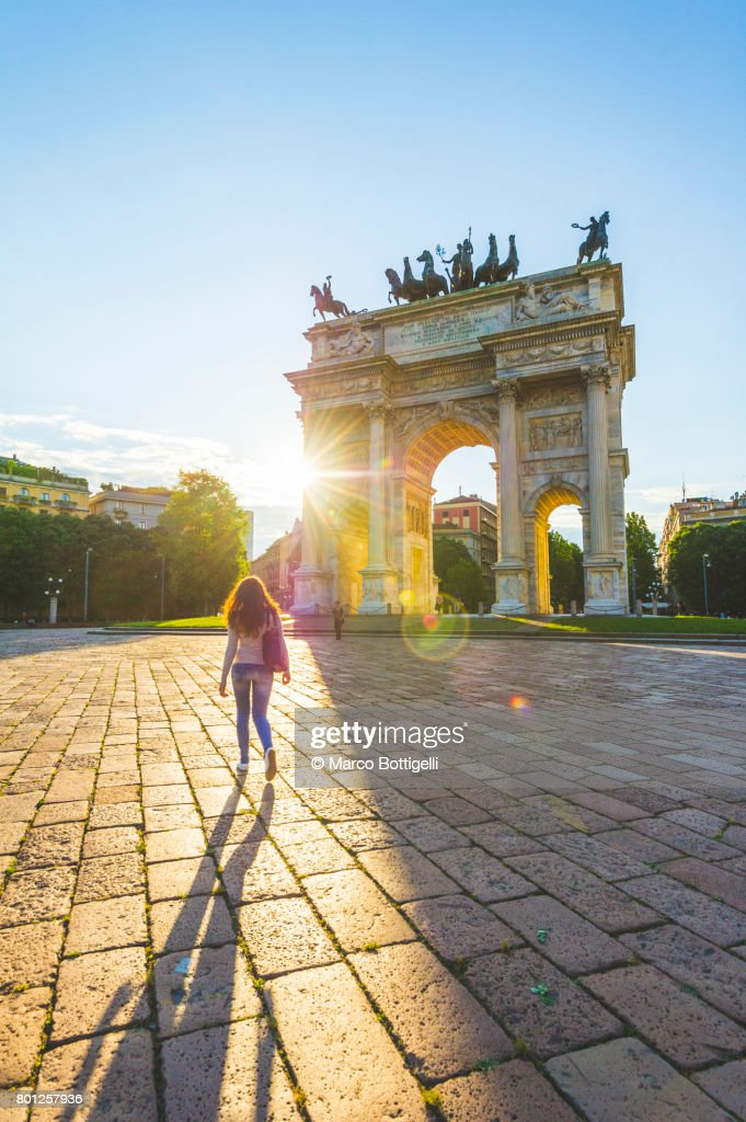 Young woman walking towards the Arch of Peace. Milan, Italy. : Stock-Foto