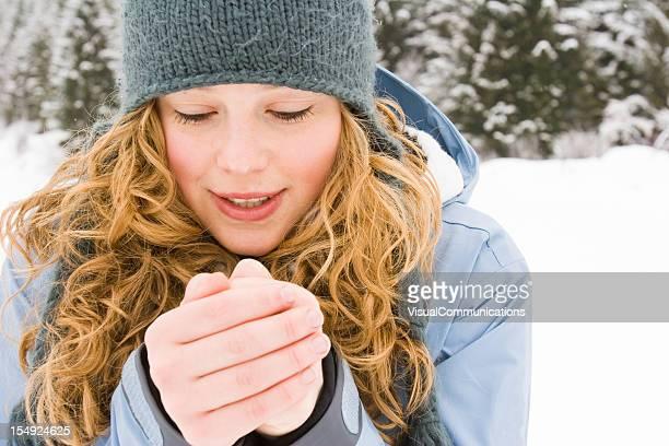 young woman warming up her hands. - koud stockfoto's en -beelden