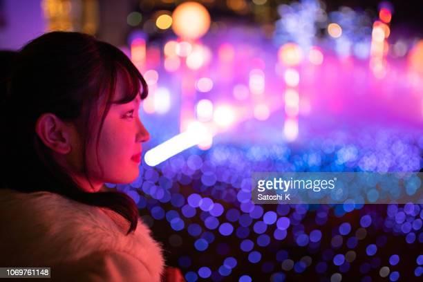 illumination de noël regarde jeune femme - représentation artistique photos et images de collection