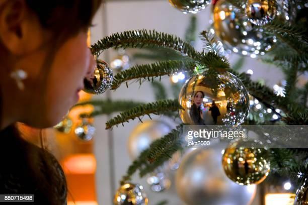 クリスマスのイルミネーションを見ている若い女性