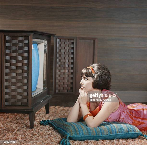young woman watching television - archiefbeelden stockfoto's en -beelden