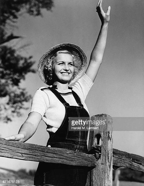 young woman waving and smiling  - {{relatedsearchurl(carousel.phrase)}} fotografías e imágenes de stock