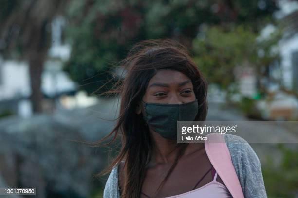 a young woman wearing a face mask. - una sola mujer joven fotografías e imágenes de stock