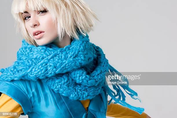 Jeune femme portant une écharpe