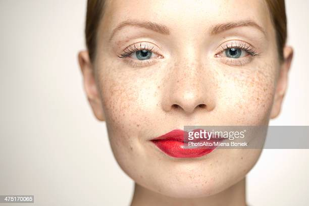 young woman wearing bright red lipstick, portrait - menselijke lippen stockfoto's en -beelden