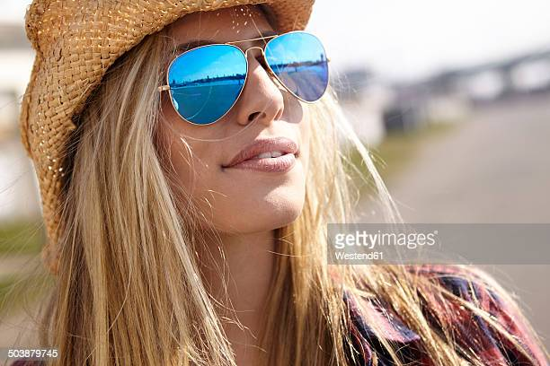 young woman wearing cowboy hat and sunglasses - sunglasses stock-fotos und bilder