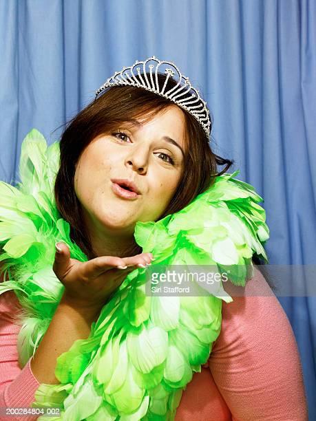 Jeune femme portant une couronne et boa de plumes dans le photomaton