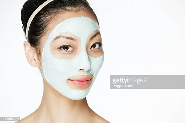 Jeune femme portant un masque
