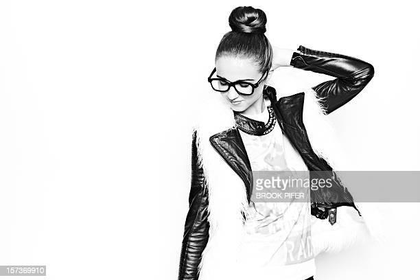 young woman wearing hipster glasses - donna mezzo busto bianco e nero foto e immagini stock