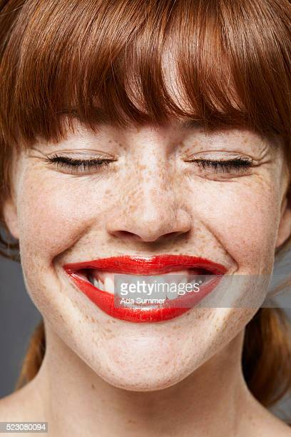 young woman wearing lipstick, smiling - stralende lach stockfoto's en -beelden