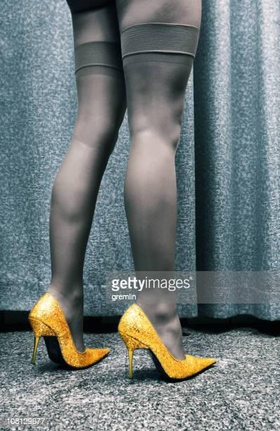 junge frau mit strumpfhose und gold high heels - nylon stock-fotos und bilder