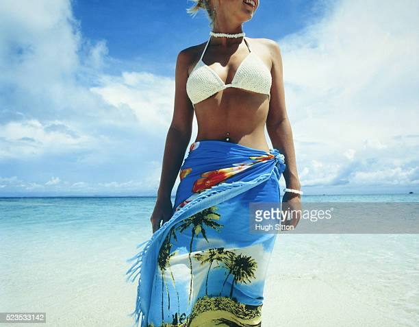 young woman wearing sarong at beach - hugh sitton stock pictures, royalty-free photos & images