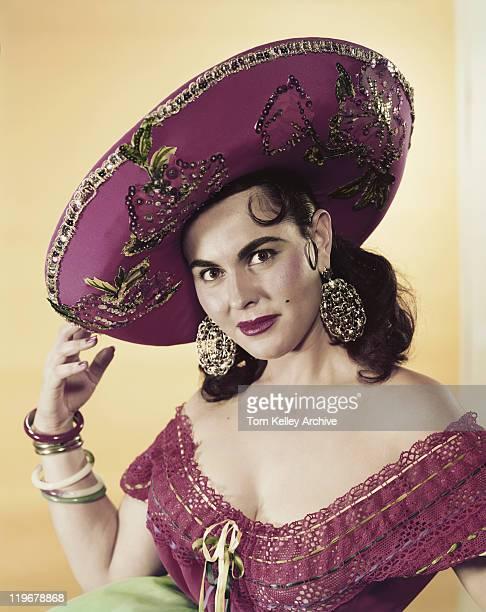 giovane donna indossando un sombrero, sorridente, verticale - tradizione foto e immagini stock