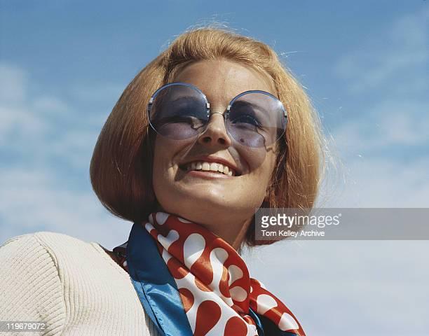 を着ている若い女性のサングラス、笑顔、クローズアップ - 1970~1979年 ストックフォトと画像