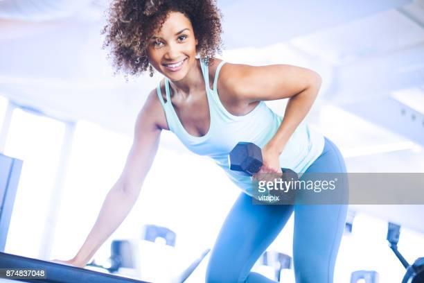 ung kvinna weightraining på gymmet - biceps bildbanksfoton och bilder