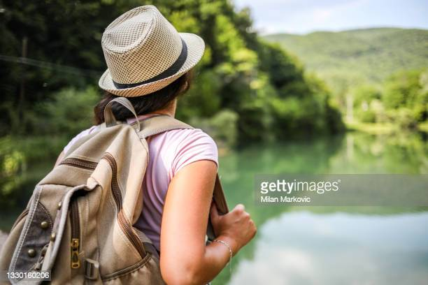 una joven que camina en la naturaleza y disfruta de un hermoso día. el fin de semana. - charca fotografías e imágenes de stock