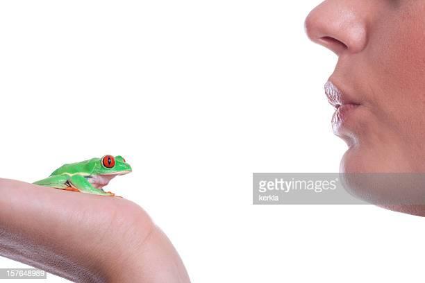 Junge Frau bereit, kiss ein Frosch