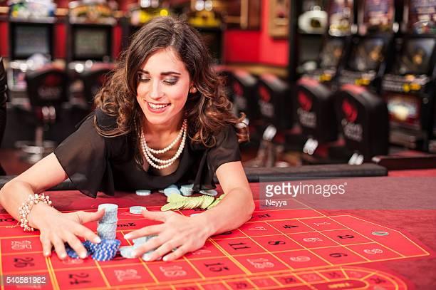 若い女性はアメリカのルーレットゲームに輝く
