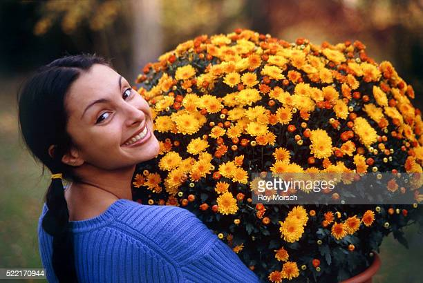 young woman with a big bunch of flowers - extra groot stockfoto's en -beelden