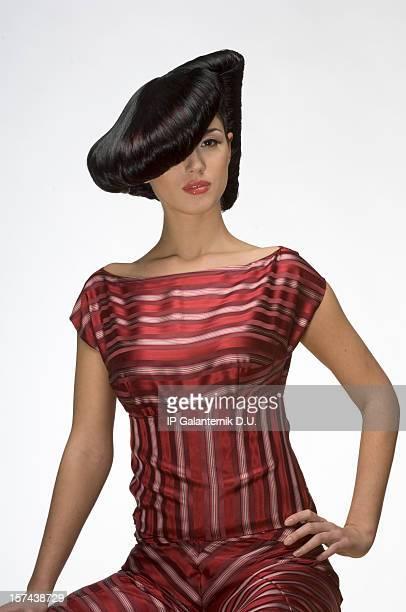 Junge Frau mit kreative Frisur trägt haute couture-dres