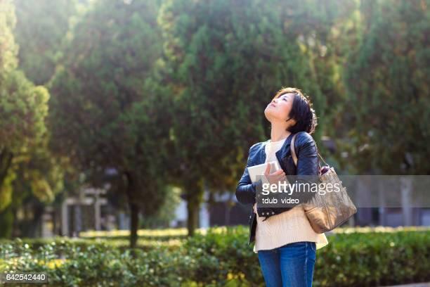 京都デジタル タブレットを持つ若い女性 - 女子大生 ストックフォトと画像