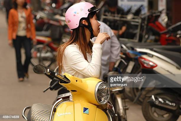 Mujer joven con un casco de elegantes, Hanoi, Vietnam