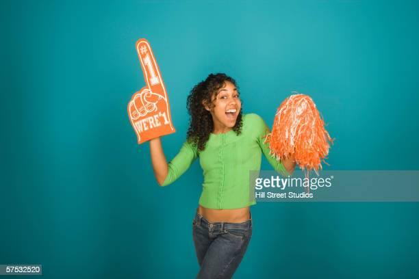 young woman with a foam hand and cheerleading pompom - líder da torcida - fotografias e filmes do acervo