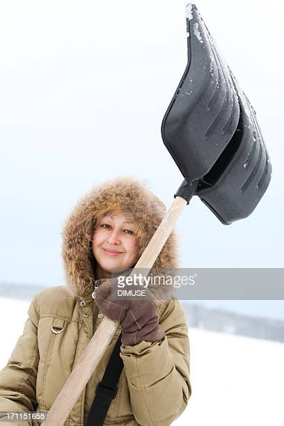 Junge Frau mit einer Schaufel
