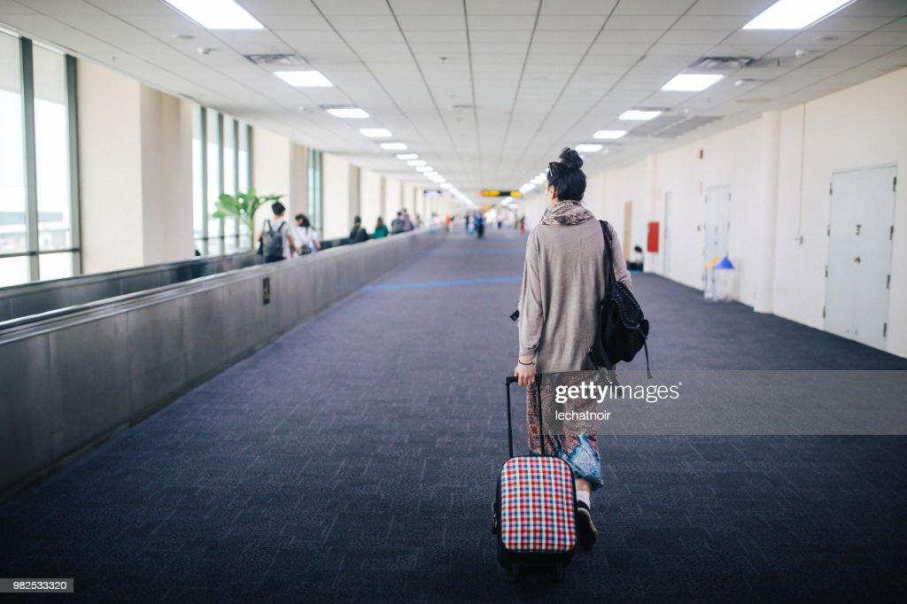Krabi Voyager Avec Solo Jeune Femme À Valise De En Laéroport Une qSjLUzMVpG