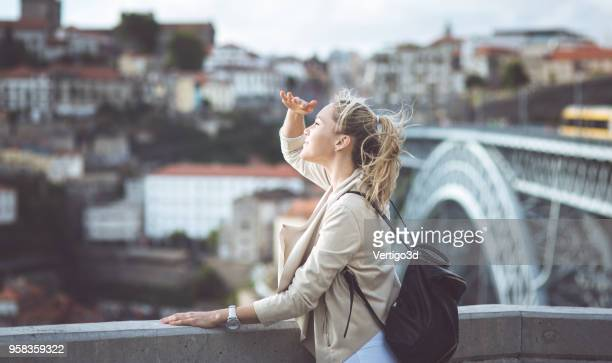 young woman with backpack on the european streets - passeio imagens e fotografias de stock