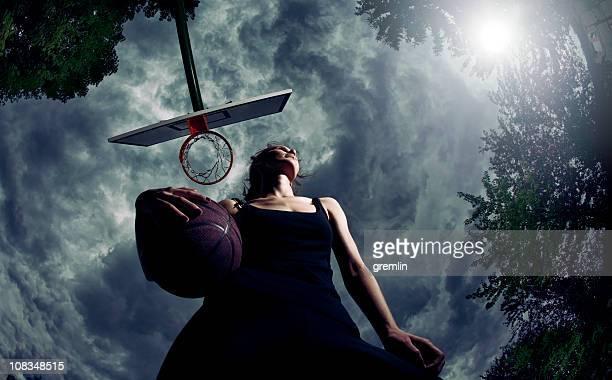 Jovem mulher com Bola de Basquete