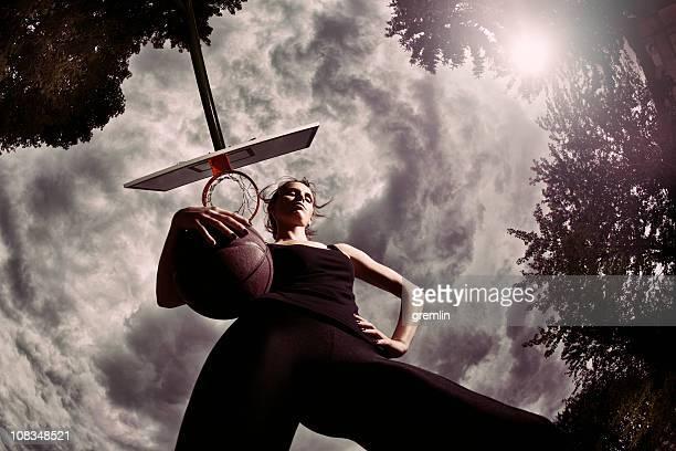 jeune femme avec de basket - vue en contre plongée verticale photos et images de collection