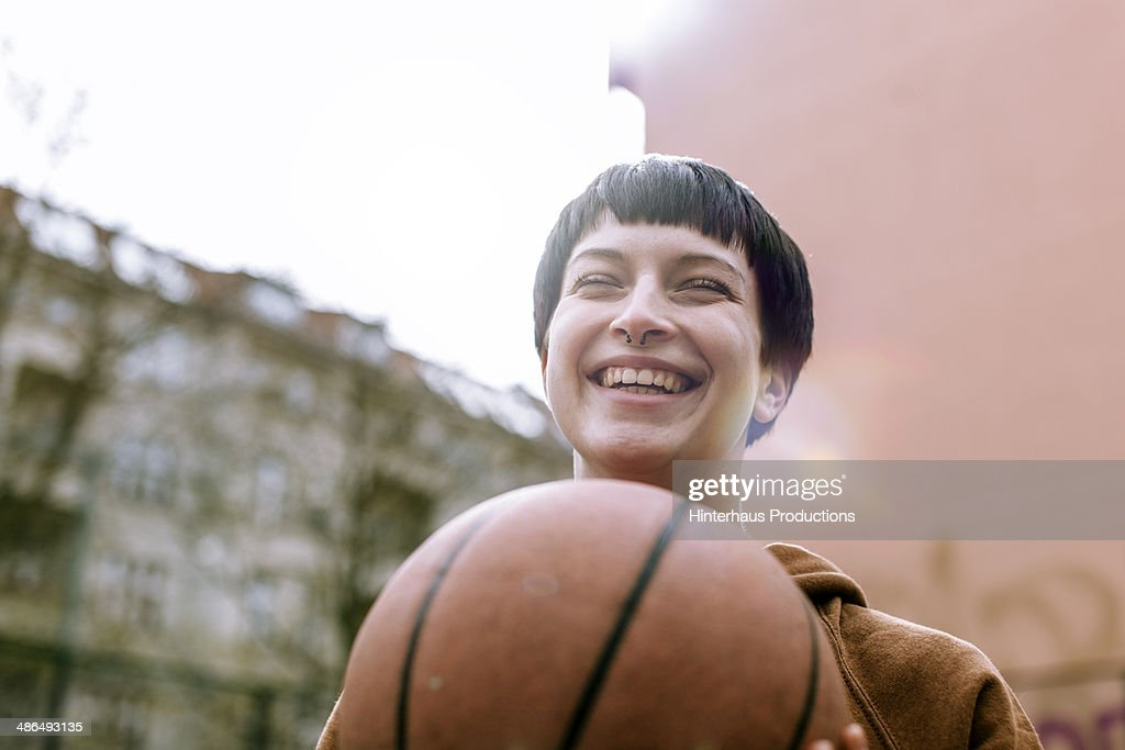 Young Woman With Basketball : ストックフォト