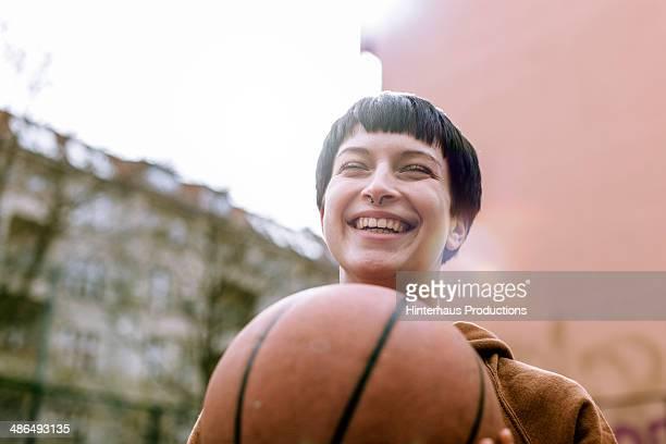 young woman with basketball - charakterkopf stock-fotos und bilder