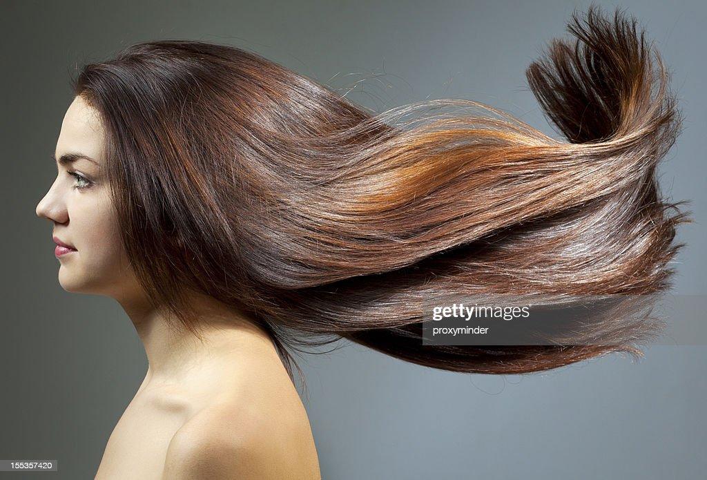 Jovem mulher com lindos cabelos : Foto de stock