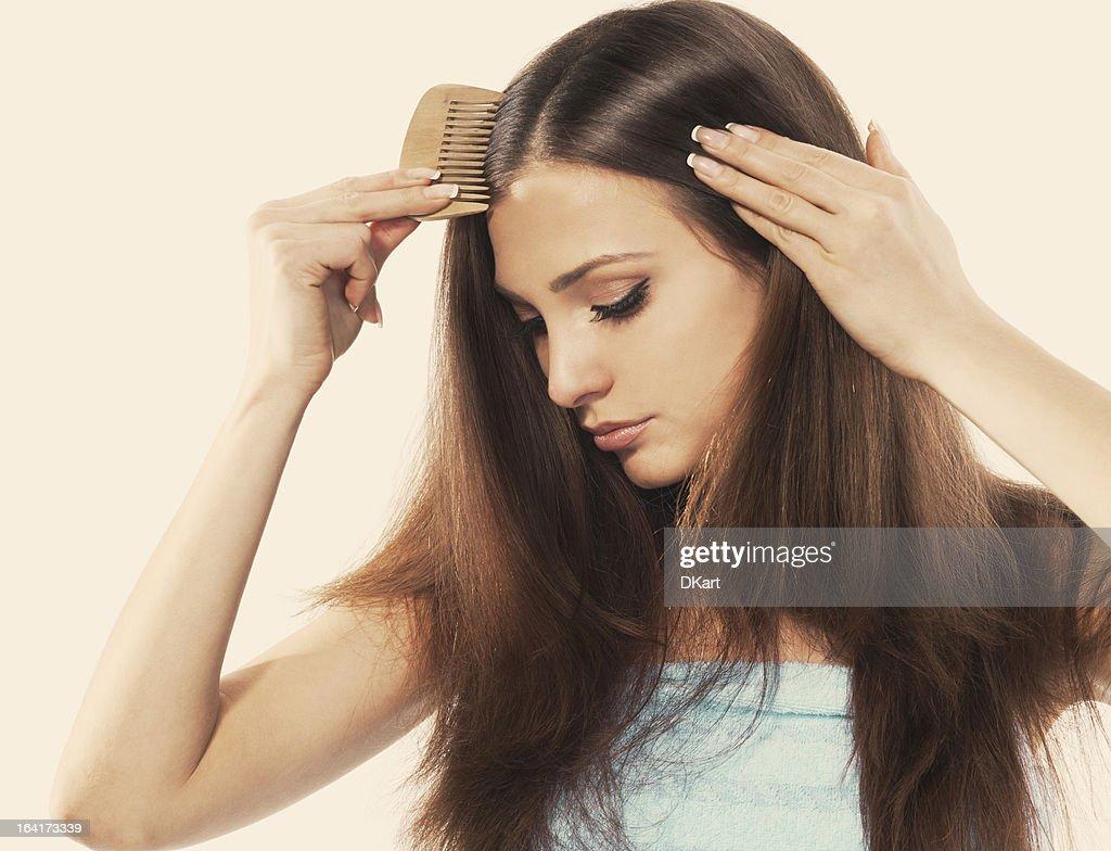 Jovem brunette lady combina seu lindo Cabelos longos : Foto de stock