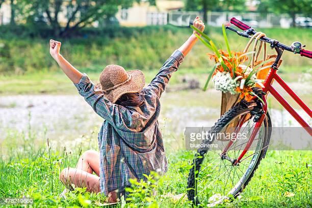 Mujer joven en bicicleta por el río