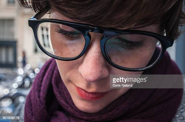 young woman with big dark glasses - dorte fjalland imagens e fotografias de stock