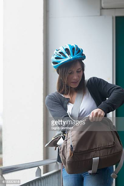 young woman with bike helmet going out of the flat, freiburg im breisgau, baden-württemberg, germany - sigrid gombert 個照片及圖片檔